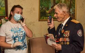 Ветеранам подарили мобильные телефоны